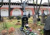 В московском Донском монастыре совершили панихиду у могилы И.С. Шмелева в 70-ю годовщину смерти писателя / Новости / Патриархия.ru