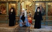 В праздник Смоленской иконы Божией Матери митрополит Крутицкий Ювеналий совершил Литургию в Новодевичьем монастыре в Москве