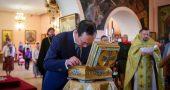 Глава Якутии Aйсен Николаев поклонился принесенным в республику мощам святителя Николая Чудотворца