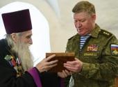 На подворье Псково-Печерского монастыря состоялась передача командующему ВДВ России архивных материалов о героях-десантниках 6-й роты