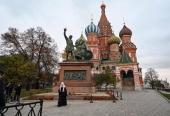 В День народного единства Предстоятель Русской Церкви возложил цветы к памятнику Кузьме Минину и Дмитрию Пожарскому на Красной площади