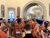 В день памяти святой Екатерины митрополит Волоколамский Иларион совершил Литургию в Екатерининском храме на Всполье — подворье Православной Церкви в Америке
