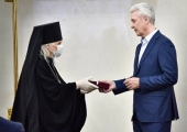 Мэр Москвы вручил председателю Синодального отдела по благотворительности знак отличия «За заслуги перед Москвой»
