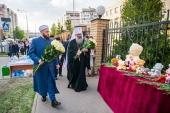 Глава Татарстанской митрополии возложил цветы к стихийному мемориалу у школы № 175 в Казани