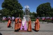 Митрополит Каширский Феогност совершил молебен у памятника равноапостольным Мефодию и Кириллу на Славянской площади в Москве