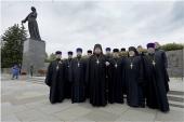 В 80-ю годовщину начала блокады Ленинграда делегация Санкт-Петербургской епархии приняла участие в возложении венков на Пискаревском кладбище