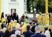 Святейший Патриарх Кирилл в Северной столице возглавил крестный ход с мощами благоверного князя Александра Невского и совершил молебен на площади, носящей имя святого