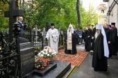 Святейший Патриарх Кирилл посетил Никольское и Большеохтинское кладбища в Санкт-Петербурге