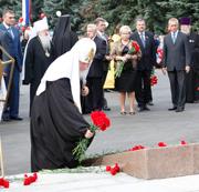 Святейший Патриарх Кирилл возложил венки к памятнику коломенцам, погибшим в годы Великой Отечественной войны, и посетил храмы Коломны