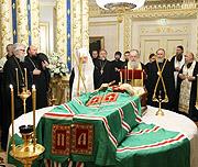 Лития у гроба Святейшего Патриарха Алексия в Патриаршей резиденции в Переделкине