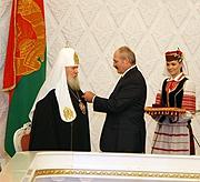 Президент Белоруссии Александр Лукашенко наградил Святейшего Патриарха Алексия и митрополита Филарета высшими государственными наградами