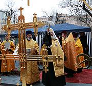Предстоятель Русской Церкви совершил чин освящения крестов Покровского храма Марфо-Мариинской обители