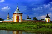 На колокольню Спасо-Прилуцкого монастыря в Вологде накануне визита Святейшего Патриарха подняли новые колокола