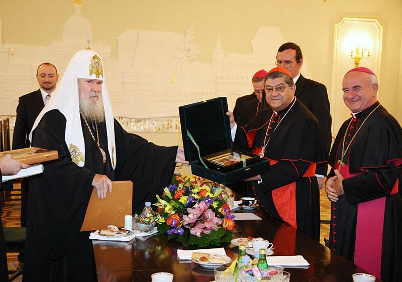 Встреча Святейшего Патриарха Алексия с архиепископом Неаполя. Передача Его Святейшеству частицы мощей священномученика Ианнуария.