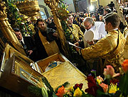В канун дня интронизации митрополит Кирилл, избранный и нареченный Патриархом Московским и всея Руси, совершил молебен у мощей святителя Тихона в Донском монастыре