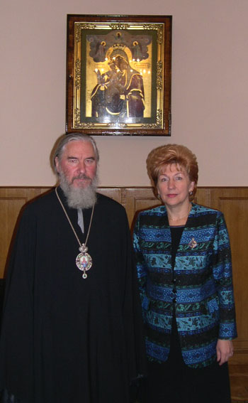 Митрополит Климент вручил председателю Фонда социального страхования Г.Н. Кареловой церковную награду