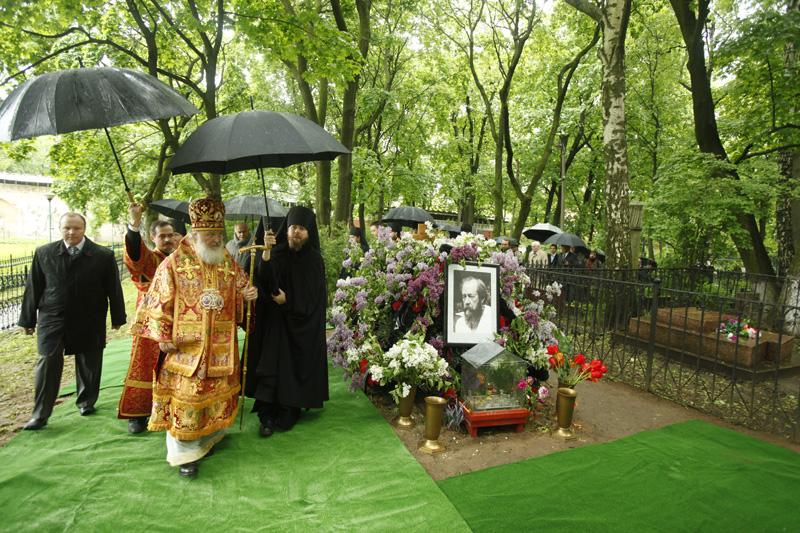 Освящение надгробий А.И. Деникина, И.А. Ильина и И.С. Шмелева на кладбище Донского монастыря