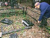 Сокрушители гробниц. Погромы на российских кладбищах приобрели угрожающий размах