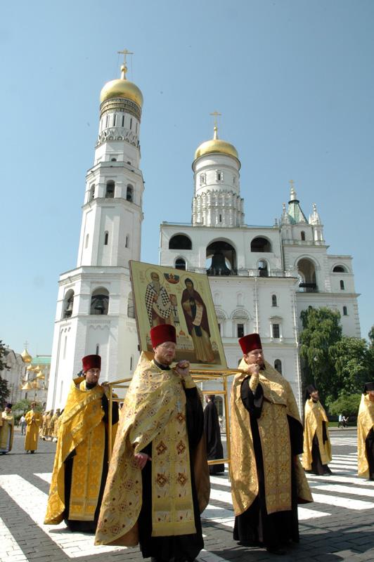 Во главе крестного хода - икона святых просветителей славян