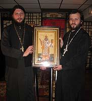 Митрополит Киевский Владимир передал приходу свв. апп. Петра и Павла в Гонконге образ с частицей мощей святителя Гурия Таврического