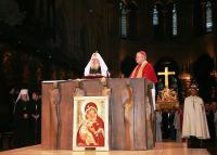 После православного молебна в соборе Парижской Богоматери Святейший Патриарх Алексий поклонился Терновому венцу Спасителя