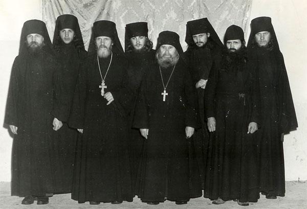 1949 г. Среди братии Свято-Троицкого монастыря г. Джорданвилль, США; иеромонах Лавр ≈ крайний слева (фото сайта РПЦЗ)