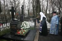 Святейший Патриарх Кирилл совершил литию на могиле своих родителей