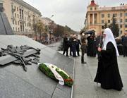 Предстоятель Русской Церкви возложил цветы к монументу Победы в Минске